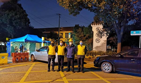 党员代表参与甬江街道夏家村的疫情防控工作.jpg